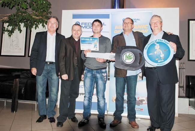 Победителят Сергий Комашко (в центъра) със символичния ключ от спечелената Skoda Fabia всред мениджмънта на Federal Mogul в Прага
