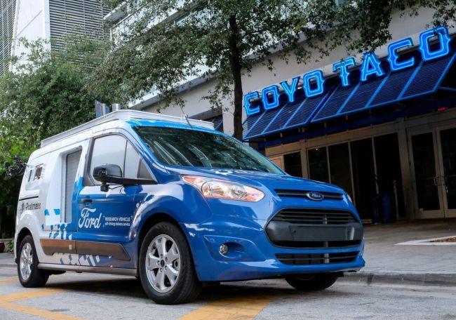 Роботизиран Ford Transit Connect доставя пица