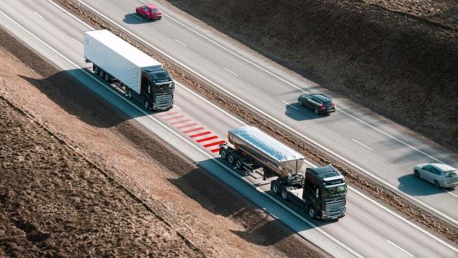 Volvo Trucks пази дистанция