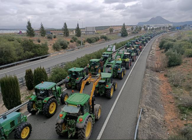 Фермери блокират пътищата в Испания