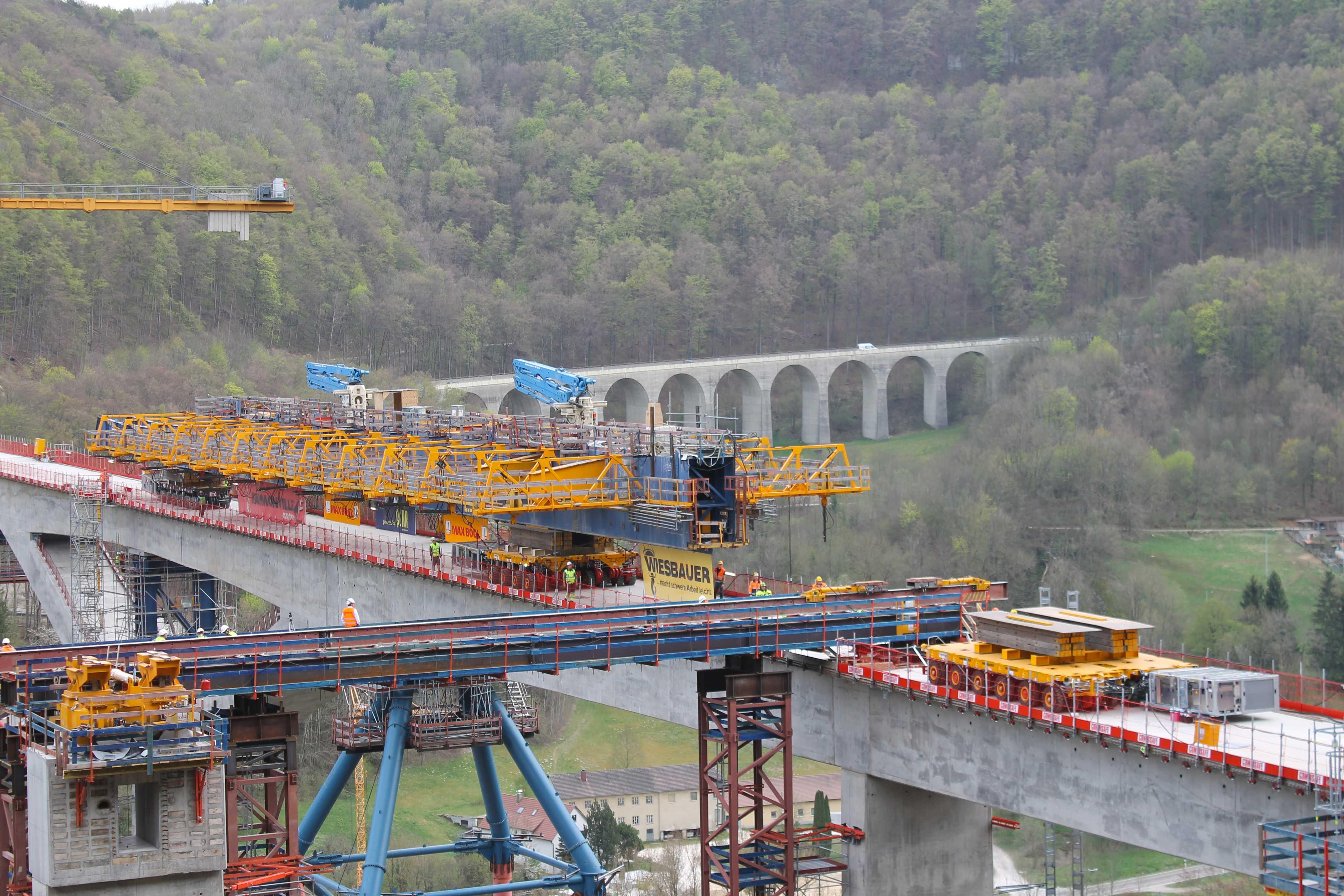 Гигантски комбинации работят на мост между Щутгарт и Улм