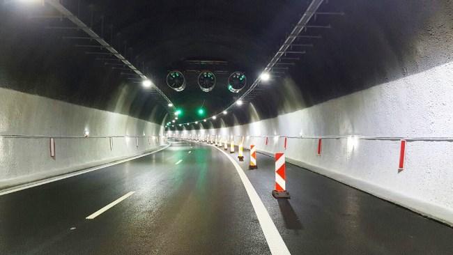 Ремонт затруднява движението в тунел Траянови врата