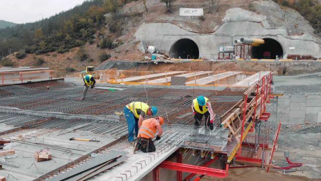 В тунел Железница на АМ Струма вече се полага вторичната облицовка