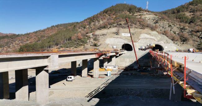 Пробити са двете тръби на тунел Железница